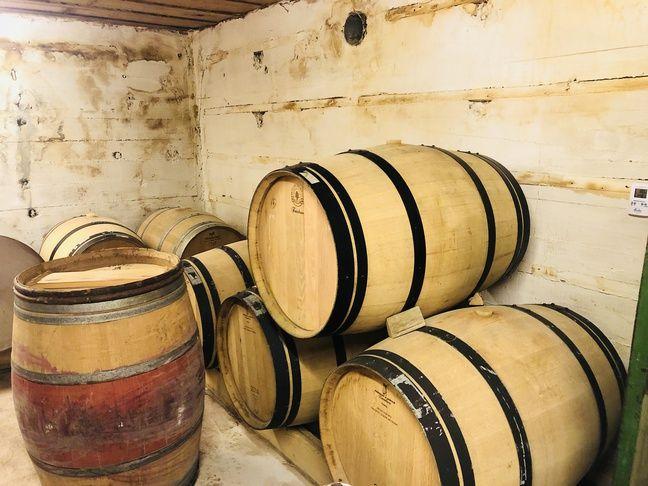 Le vin fermente pendant près de six mois dans une pièce du blockhaus.