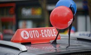 Une voiture d'auto-école pendant une manifestation. (archives)