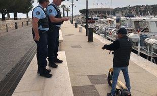 Deux gendarmes procèdent à un contrôle à Cassis dans le cadre du confinement.