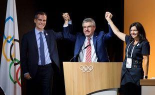 Thomas Bach, président du CIO, entre Eric Garcetti (à gauche), le maire de Los Angeles, et Anne Hidalgo, maire de Paris