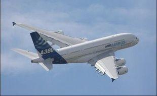 L'A380, l'avion géant d'Airbus, a gagné un mystérieux client qui compte l'utiliser comme jet privé, a confié le directeur commercial du constructeur aéronautique européen Airbus, John Leahy, lors du Salon du Bourget, mardi.