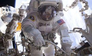 L'astronaute américaine Peggy Whitson lors d'une sortie hors de l'ISS, le 26 avril 2017