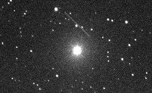 L'astéroïde MD 2011 (trait lumineux), de passage à 12.000 km dans le ciel au-dessus de l'Atlantique, le 27 juin 2011.