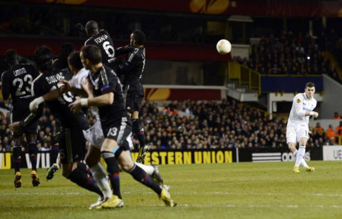 Le joueur de Tottenham, Gareth Bale (en blanc), lors de son coup franc victorieux contre Lyon, en Ligue Europa, le 14 février 2013 à White Hart Lane. – no credit