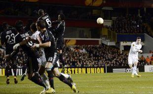 Le joueur de Tottenham, Gareth Bale (en blanc), lors de son coup franc victorieux contre Lyon, en Ligue Europa, le 14 février 2013 à White Hart Lane.