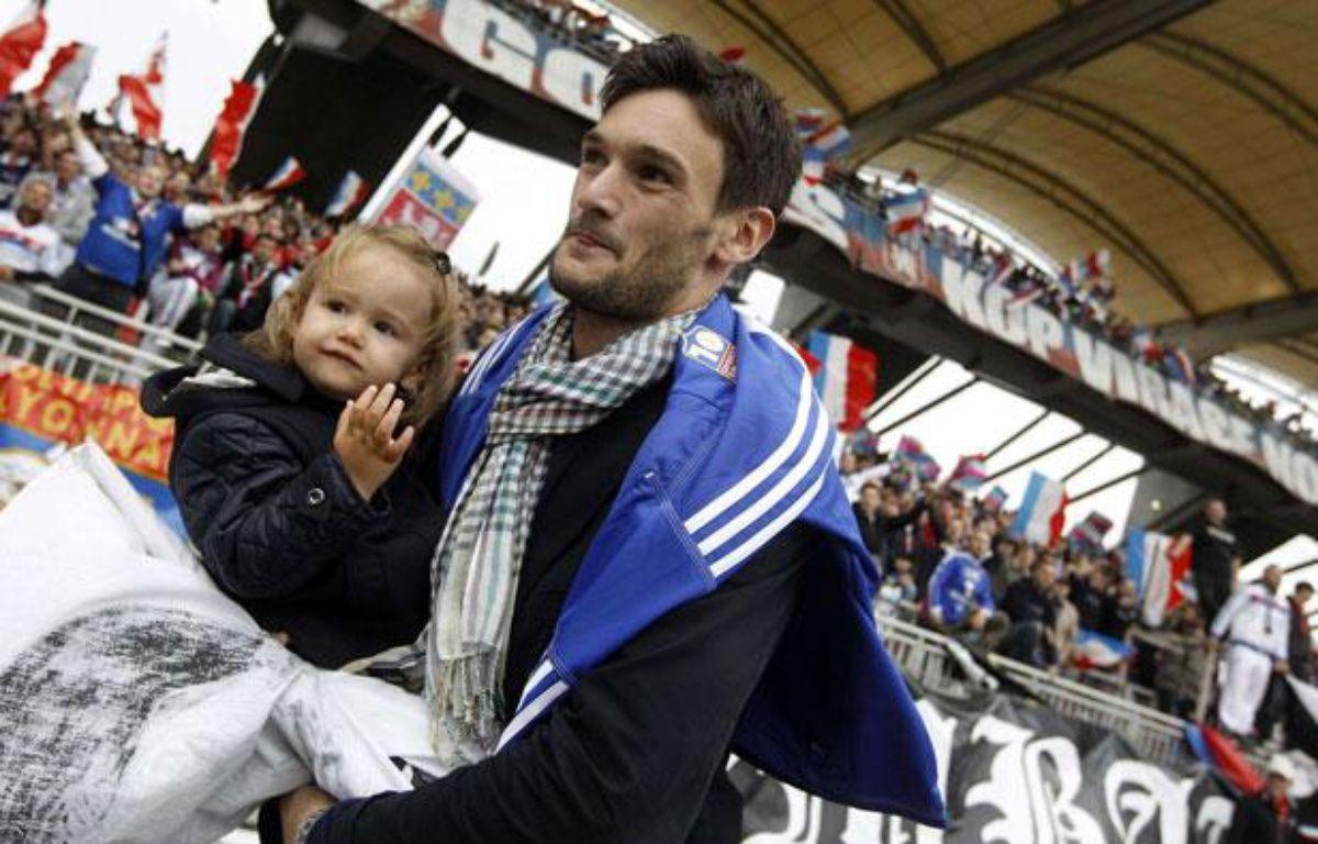 Hugo Lloris remercie les supporters lyonnais avant son départ pour Tottenham, le 1er septembre 2012 à Lyon. – L.Cipriani/SIPA
