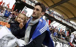 Hugo Lloris remercie les supporters lyonnais avant son départ pour Tottenham, le 1er septembre 2012 à Lyon.