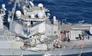 Le destroyer américain USS Fitzgerald sérieusement endommagé après sa collusion avec un navire philippin, le 16 juin 2017, à environ 56 miles nautiques au sud-ouest de la ville japonaise de Yokosuka.