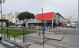Le supermarché du quartier des Moulins à Nice devant lequel les tirs ont eu lieu