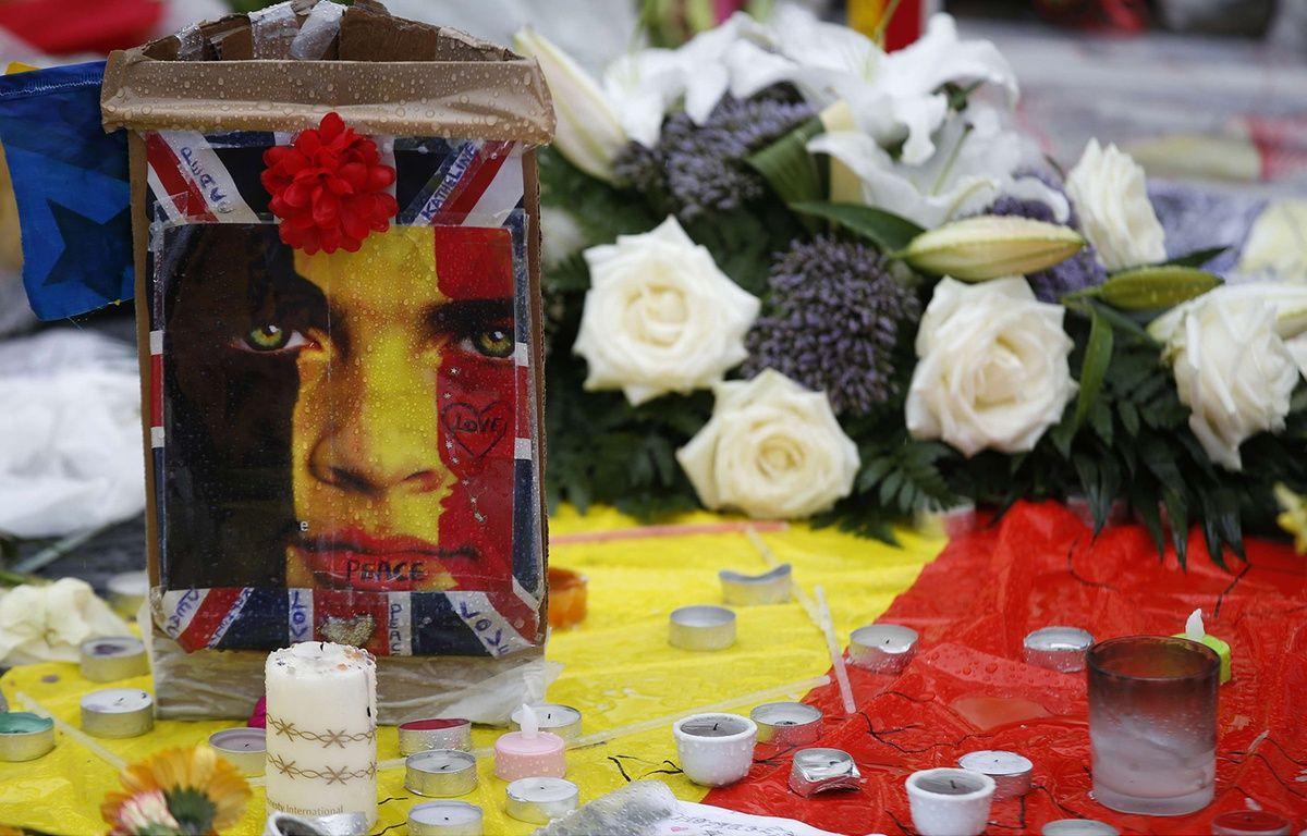 Des fleurs et des bougies à la mémoire des victimes des attentats de Bruxelles sur la place de la Bourse, le 25 mars 2016. –  Alastair Grant/AP/SIPA