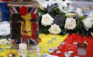 Des fleurs et des bougies à la mémoire des victimes des attentats de Bruxelles sur la place de la Bourse, le 25 mars 2016.