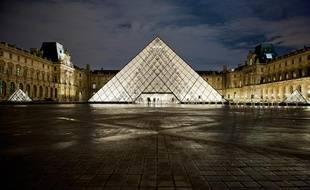La cour Napoléon et la pyramide du Louvre, illuminées par un nouveau système de diodes électroluminescentes, le 6 décembre 2011.