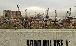 Beyrouth se lèvera, dit l'inscription devant le port en reconstruction.