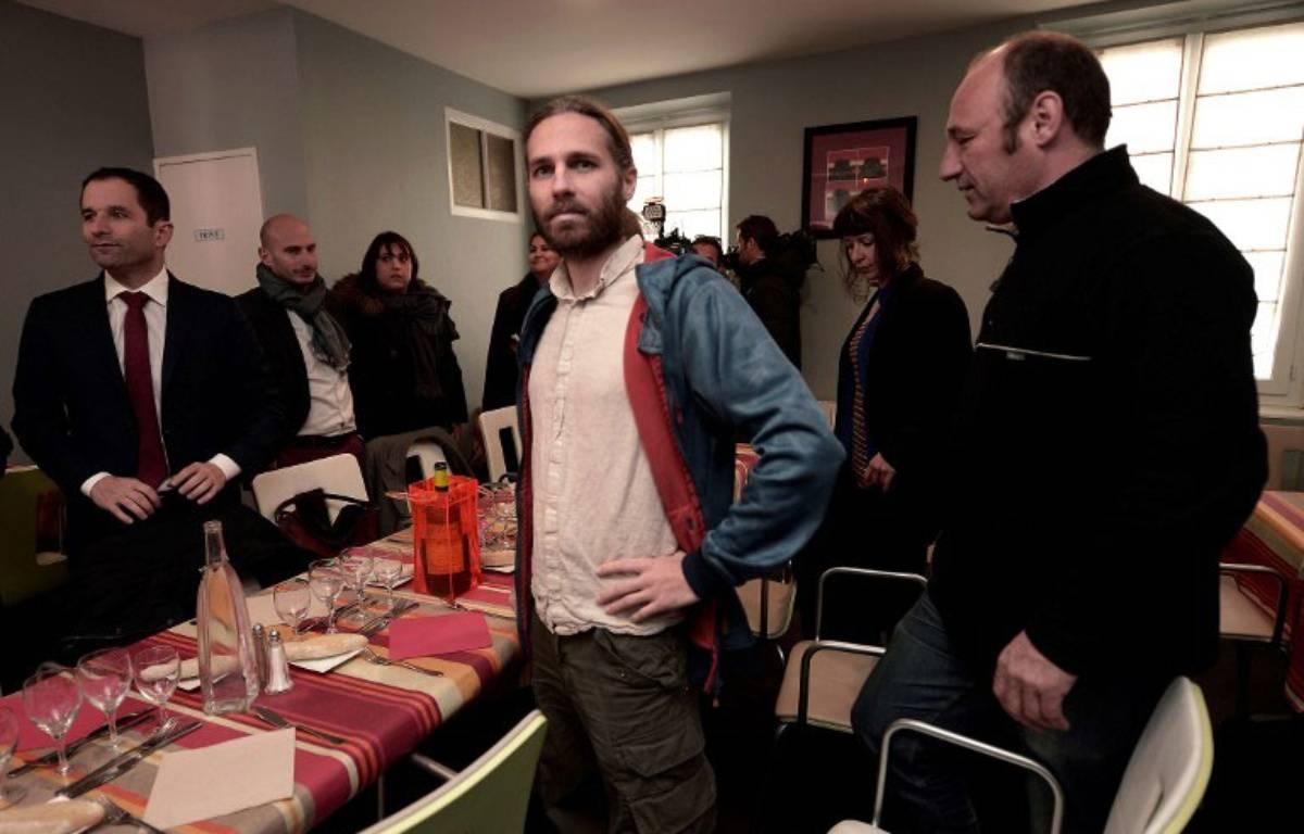 Le militant altermondialiste Jon Palais, ici avec Benoît Hamon – IROZ GAIZKA / AFP