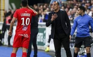 Michel Der Zakarian en train de donner des consignes à Gaëtan Laborde, un joueur dont il loue l'état d'esprit.