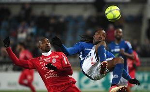 Le défenseur strasbourgeois Bakary Koné dans les airs, devant le Montpelliérain Souleymane Camara.