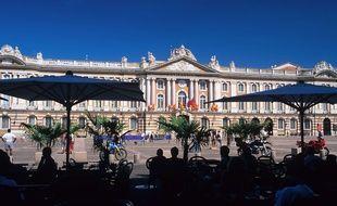 Sous les arcades de la place du Capitole, à Toulouse.