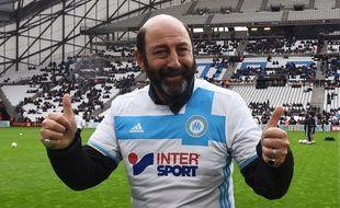 Kad Merad prouve qu'on peut porter un maillot de l'OM tout en étant au top de l'élégance.