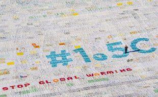 La plus grande carte postale du monde, posée en haut d'un glacier suisse, veut alerter les participants de la COP24 face au réchauffement climatique galopant.