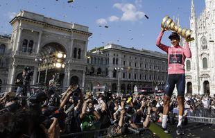 Le Colombien Egan Bernal célèbre sur le podium après avoi remporter la course cycliste du Giro d'Italia, à Milan, en Italie, le dimanche 30 mai 2021.