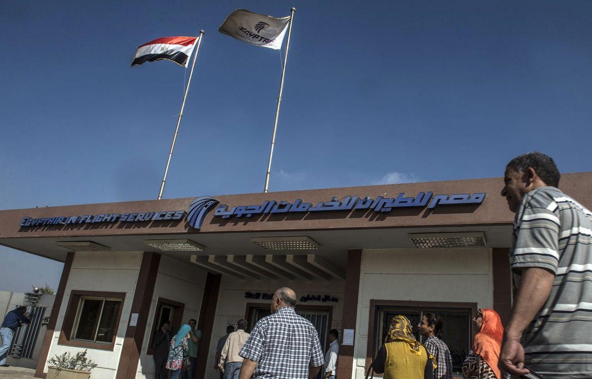 Les employés de la compagnie EgyptAir, le 19 mai 2016. – KHALED DESOUKI / AFP