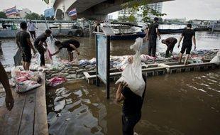 Bangkok s'attendait mercredi à des inondations imminentes de grande ampleur, susceptibles de n'épargner aucun quartier de la ville où l'eau potable commence à manquer à la veille d'un week-end de cinq jours décrété d'urgence.