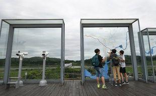 Des touristes viennent observer la zone démilitarisée, une bande large de quatre kilomèteres entre la Corée du Sud et le Nord.