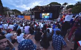 Il est formellement interdit d'introduire des fumigènes dans la fan-zone de Nice.