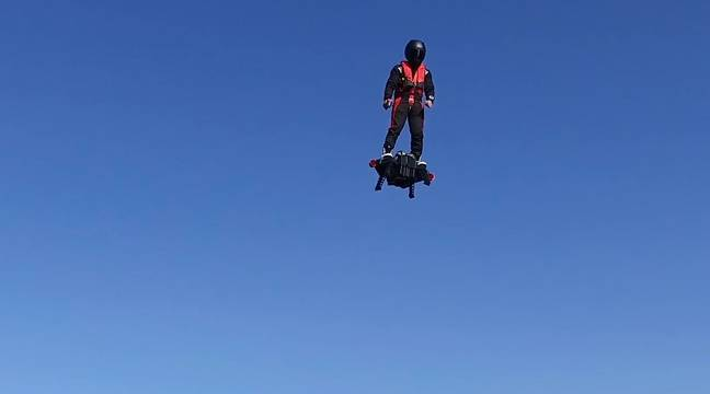 Franky Zapata aux commandes du Flyboard Air – Zapata Racing