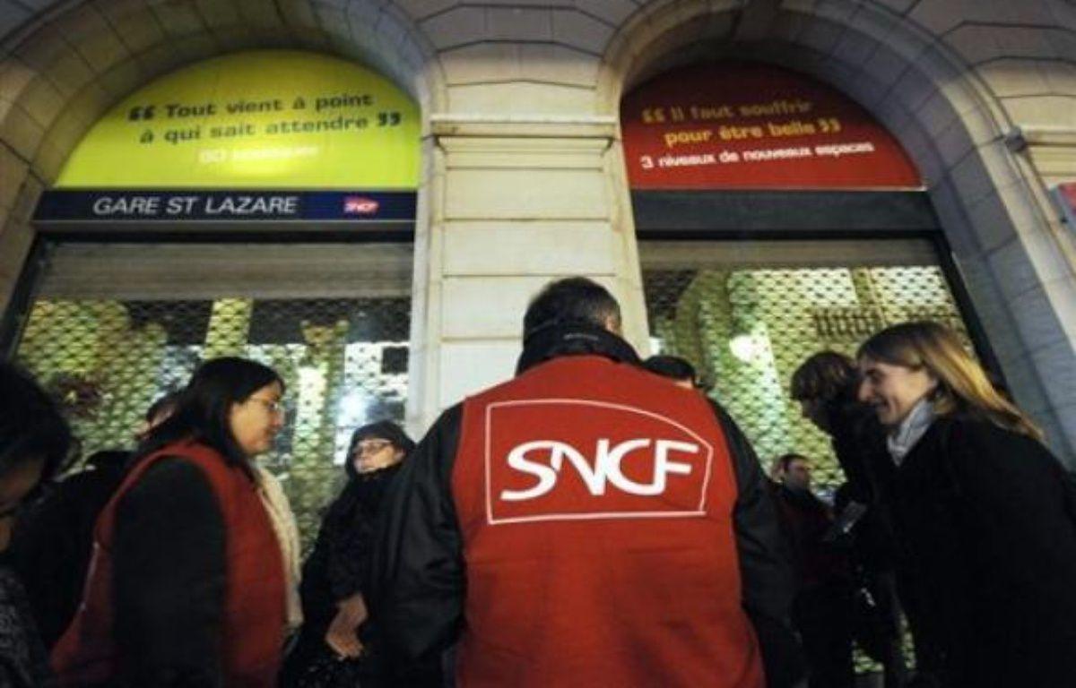 """Le syndicat Sud-Rail a réclamé jeudi des moyens financiers et en effectifs supplémentaires pour le service public, afin d'améliorer le sort des usagers de la SNCF """"victimes"""", selon lui, """"des trains en retard, supprimés, bondés, sales"""". – Bertrand Guay AFP"""