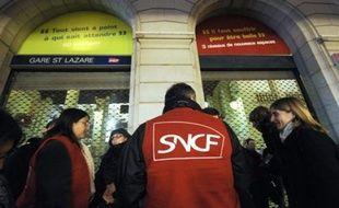 """Le syndicat Sud-Rail a réclamé jeudi des moyens financiers et en effectifs supplémentaires pour le service public, afin d'améliorer le sort des usagers de la SNCF """"victimes"""", selon lui, """"des trains en retard, supprimés, bondés, sales""""."""