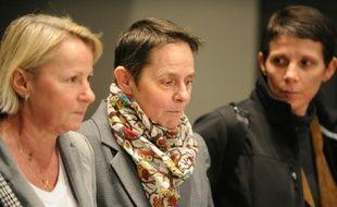 Bernadette Dimet (C) avec des proches à la sortie du tribunal, le 5 février 2016 à Grenoble