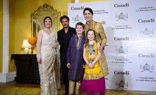 La famille Trudeau au complet pose avec la star de cinéma indienne Shan Rukh Khan à Bombay, le 20 février 2018.