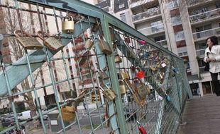Après le Pont-des-Arts et le pont de l'Archevêché, la mode des cadenas d'amour gagne les passerelles du canal Saint-Martin