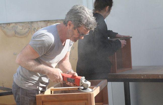 Plusieurs artisans travaillent à l'atelier d'éco solidaire pour donner une seconde vie aux objets