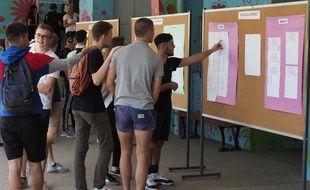 Des lycéens consultent leurs résultats au Baccalauréat à Tours, le 5 juillet 2019.