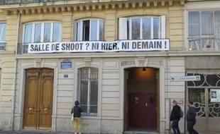 """Les voisins affichent leur opposition au projet de """"salle de shoot""""."""