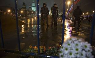 Des bouquets de fleurs ont été déposés à l'endroit où l'opposant russe Boris Nemtsov a été assassiné, le 28 février 2015.