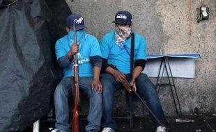 Des civils armés montent la garde à l'entrée de la ville de Chilapa, dans le sud du Mexique, le 10 mai 2015
