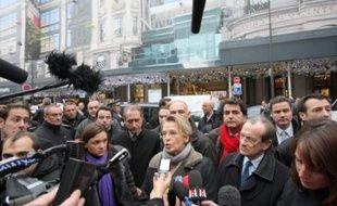 Cinq bâtons de dynamite sans système de mise à feu ont été découverts mardi matin au magasin Le Printemps, dans le centre de Paris, à l'endroit précis indiqué dans une revendication parvenue le matin même à l'AFP exigeant le retrait des troupes françaises d'Afghanistan d'ici la fin février 2009.