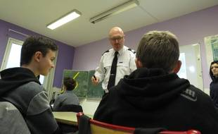 Hervé Mairy, policier formateur, sensibilise les élèves du collège communautaire de Villeneuve d'Ascq.