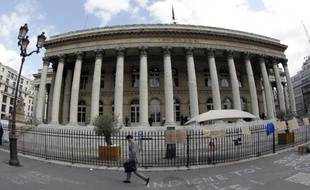 Un homme passe devant le Palais Brongniart, ancien siège de la Bourse de Paris, le 22 septembre 2011