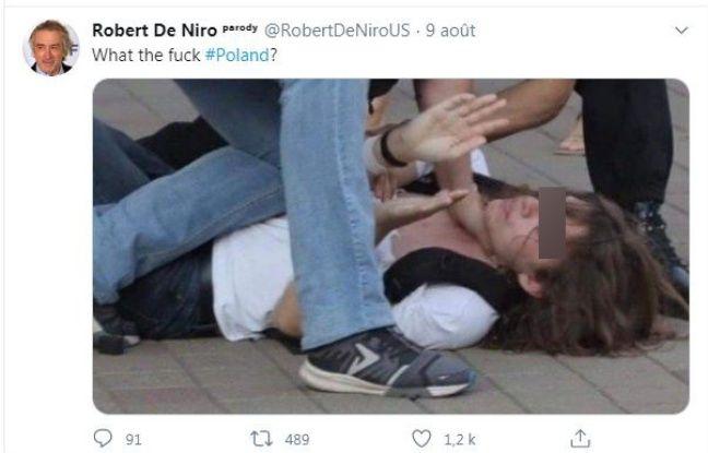 L'homme manifestait à Minsk, en Biélorussie, avant l'élection présidentielle, et non en Pologne comme l'explique l'auteur de ce tweet.