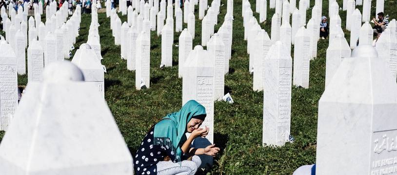 Des femmes pleurent leurs proches tués lors du massacre de Srebrenica en 1995, le 11 juillet 2015 au Memorial Center de Potocari, près de Srebrenica.