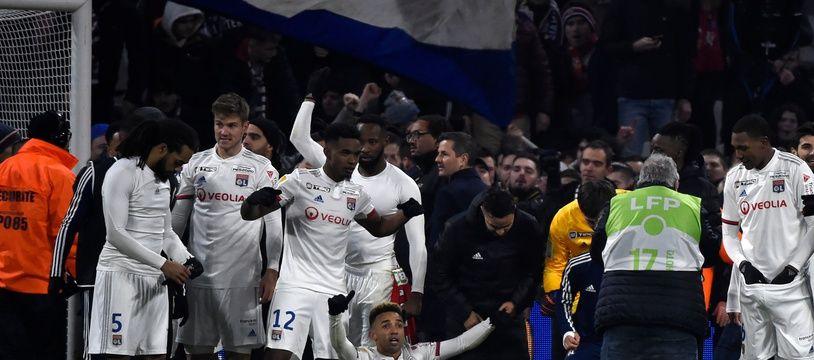 Contrairement à l'après-match contre le RB Leipzig, les joueurs lyonnais ont cette fois spontanément célébré leur qualification avec leur public. JEAN-PHILIPPE KSIAZEK