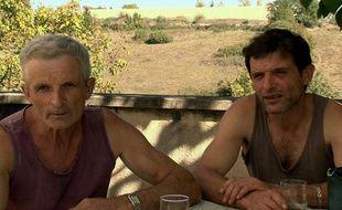 """Sébastien et son père, personnages principaux du documentaire """"Les fils de la terre""""."""