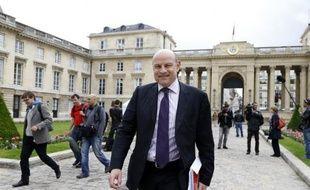 Le député PS Jean-Marie Le Guen a annoncé vendredi qu'il ne briguerait pas la mairie de Paris et soutiendrait la première adjointe Anne Hidalgo.
