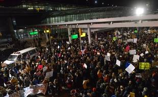 Des manifestants protestent contre le décret de Donald Trump restreignant l'immigration, à l'aéroport JFK de New York le 28 janvier 2017.