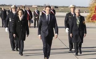 Emmanuel Macron avec Florence Parly et Geneviève Darrieussecq, sur la base aérienne 123 d'Orléans-Bricy, le 16 janvier 2020.
