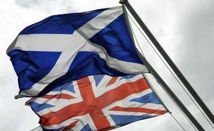 Le drapeau écossais (en haut) et le drapeau du Royaume Uni, photographiés le 17 aout 2014 sur la frontière historique entre l'Ecosse et l'Angleterre